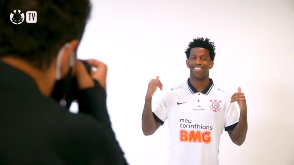 Gil posa para foto com a nova camisa do Corinthians — Foto: Reprodução / Corinthians TV