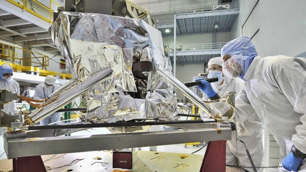 Engenheiros de controle de contaminação inspecionam o MIRI na Nasa — Foto: JWST/BBC