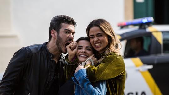 Nanda Costa brinca nos bastidores da prisão de Sandra Helena em 'Pega Pega'