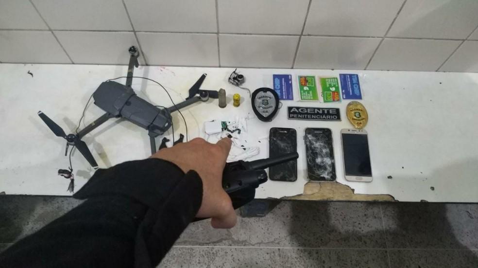 Drone que sobrevoava penitenciária e tentava entregar celulares para presos. — Foto: Reprodução/TV Verdes Mares
