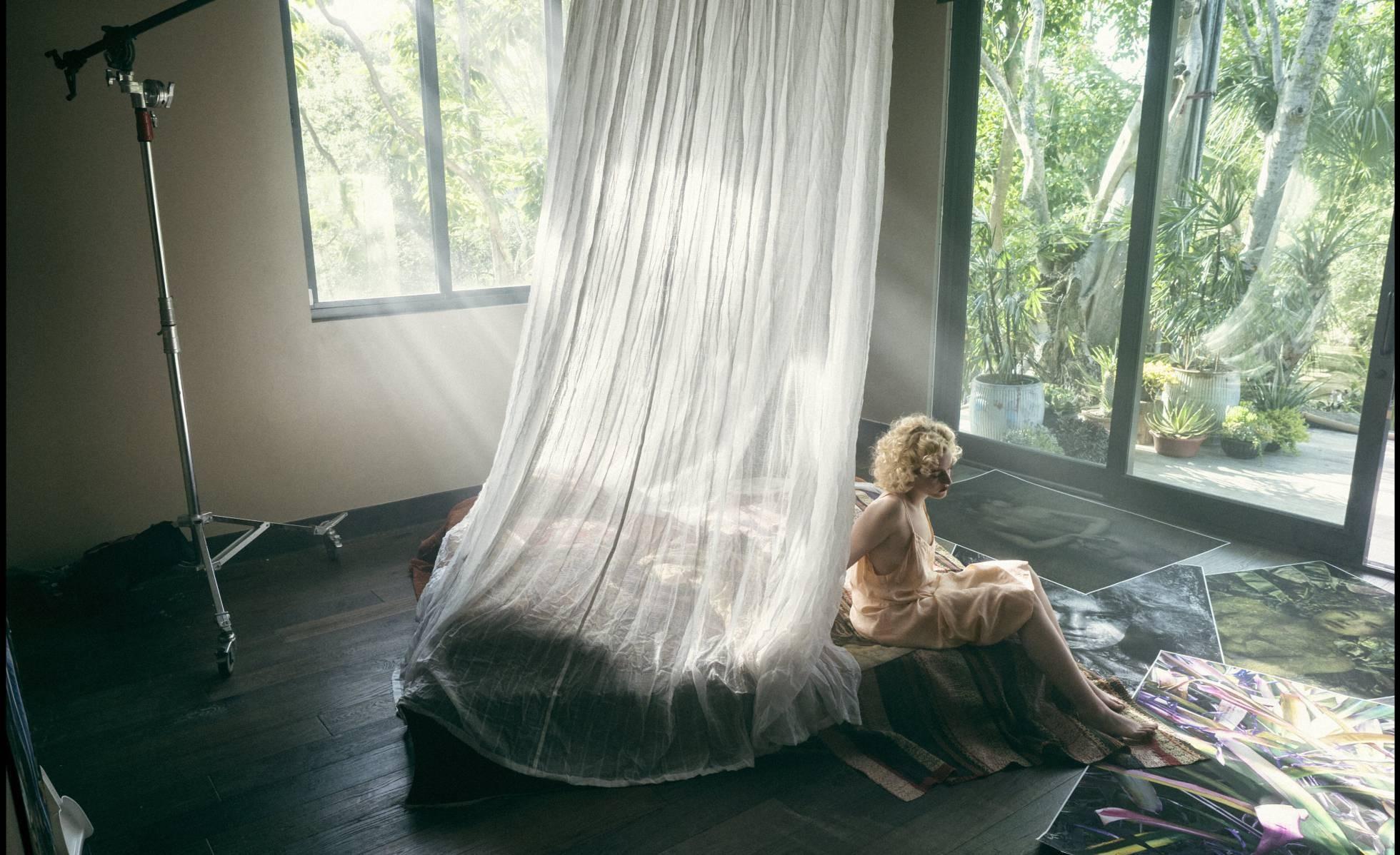 A atriz Julia Garner durante o ensaio de fotos (Foto: Calendário Pirelli)