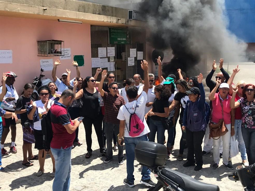 Agentes de saúde protestam em frente ao Centro de Zoonoses, no bairro dos Bancários (Foto: Walter Paparazzo/G1)