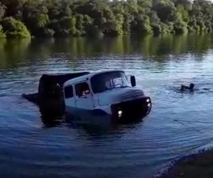 Caminhão cai de balsa durante travessia do rio Manoel Alves