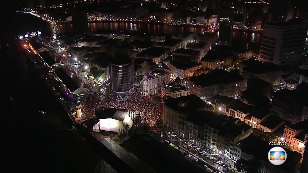 Milhares de foliões brincam última noite de carnaval no Recife