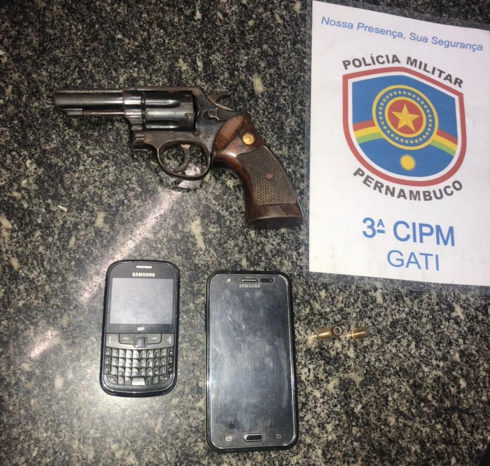 Arma e celulares foram apreendidos com dupla que confessou assassinato do vereador (Foto: Polícia Militar/Divulgação)
