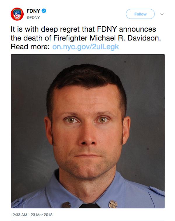 A homenagem do Departamento de Bombeiros de Nova York ao profissional que morreu no incêndio no set do filme de Bruce Willis (Foto: Twitter)