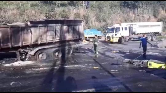 Ônibus e carreta batem e pegam fogo na BR-101, em Viana, no ES