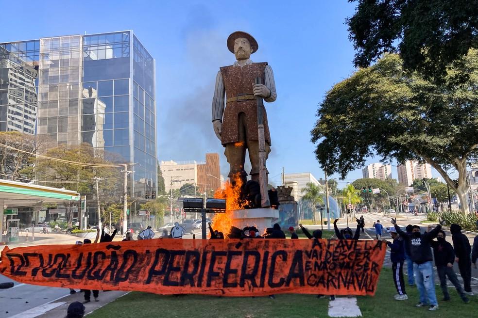Incêndio atingiu a estátua de Borba Gato, na zona sul de São Paulo, na tarde deste sábado, 24 de julho de 2021 — Foto:  GABRIEL SCHLICKMANN/ISHOOT/ESTADÃO CONTEÚDO