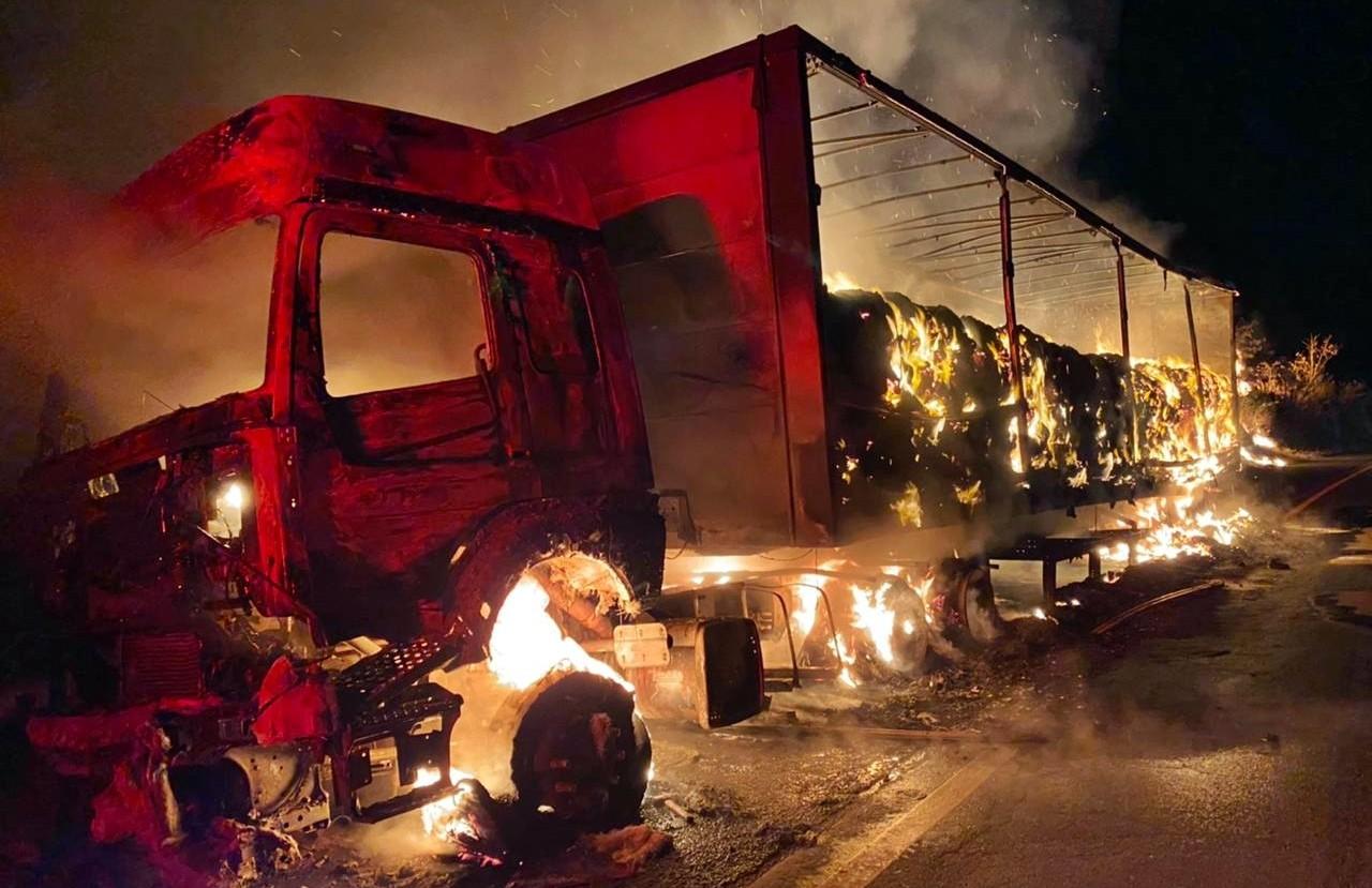 Carreta carregada com amido de milho fica destruída após pegar fogo na BR-491, em Monte Santo de Minas, MG