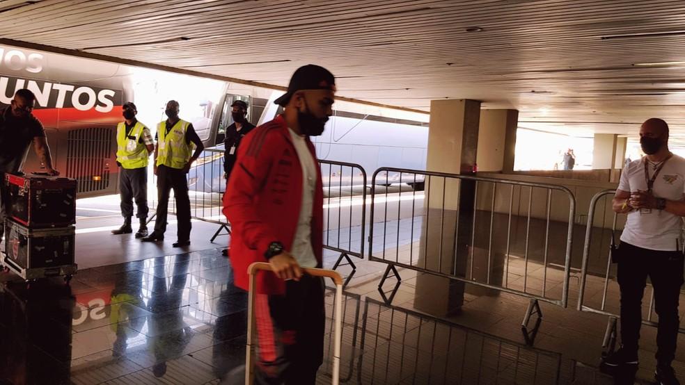 Gabigol no embarque do Flamengo para Argentina — Foto: Fred Huber