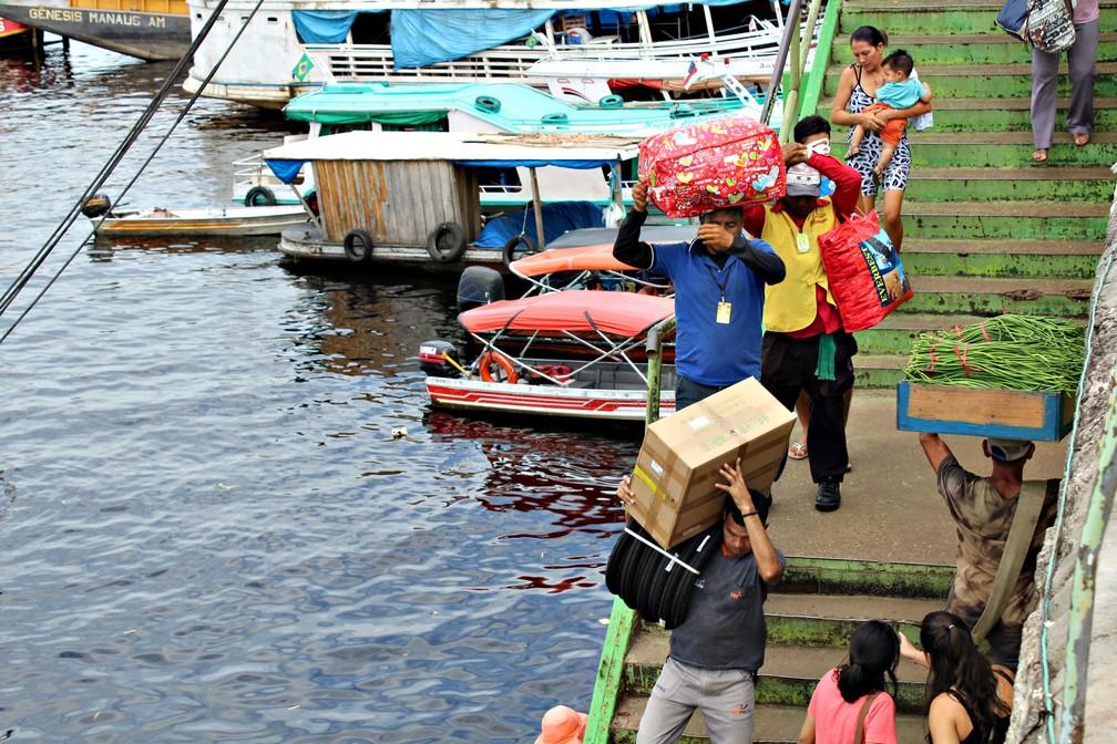 Carregadores de mercadorias na zona portuária de Manaus, na orla do Rio Negro   (Foto: Leandro Tapajós/G1 AM)