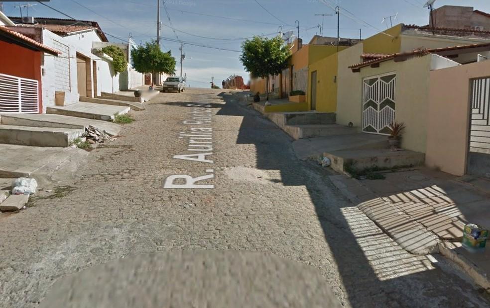 O crime foi cometido na Rua Aurília Rocha Sampaio, no Bairro Nossa Senhora das Graças.  (Foto: Reprodução / Google Street View)
