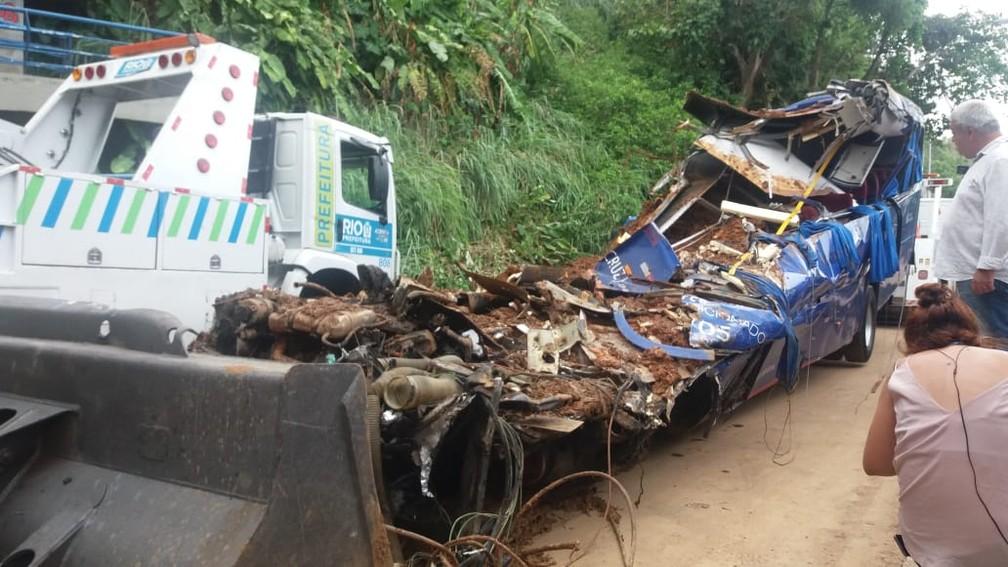 Esmagado pelo deslizamento na Avenida Niemeyer, ônibus foi retirado de sob a terra após operação de resgate em busca de vítimas — Foto: Matheus Rodrigues/G1