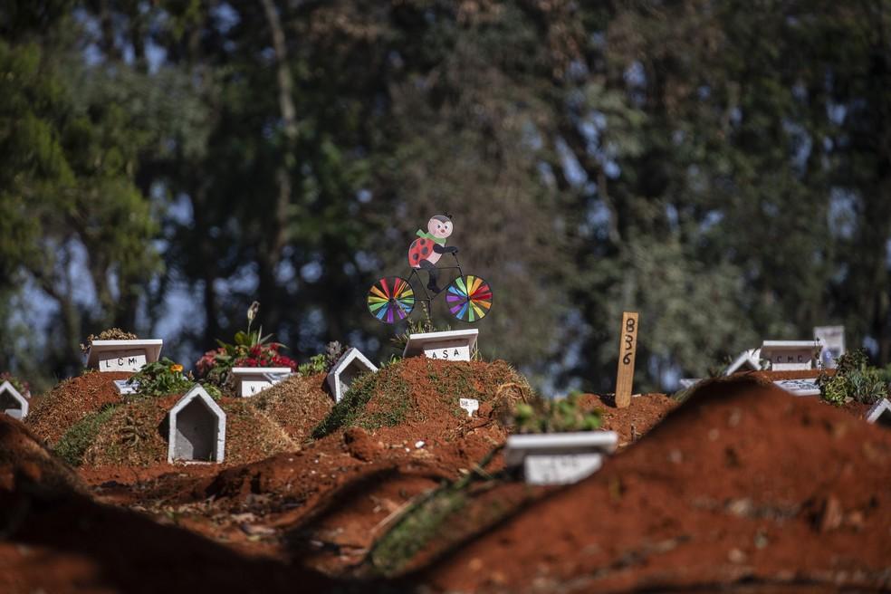 Cemitério da Vila Formosa, na Zona Leste de São Paulo neste sábado (8). — Foto: Paulo Lopes/Estadão Conteúdo