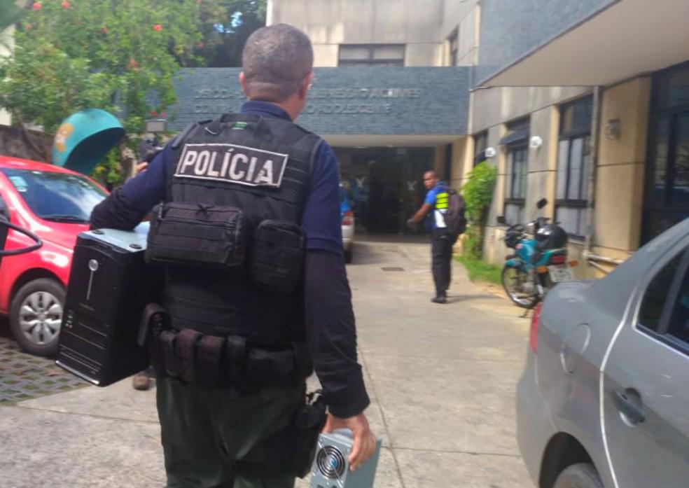 Material apreendido pela Polícia Civil está sendo levado para a sede do Dercca (Foto: Juliana Almirante/G1 Bahia)