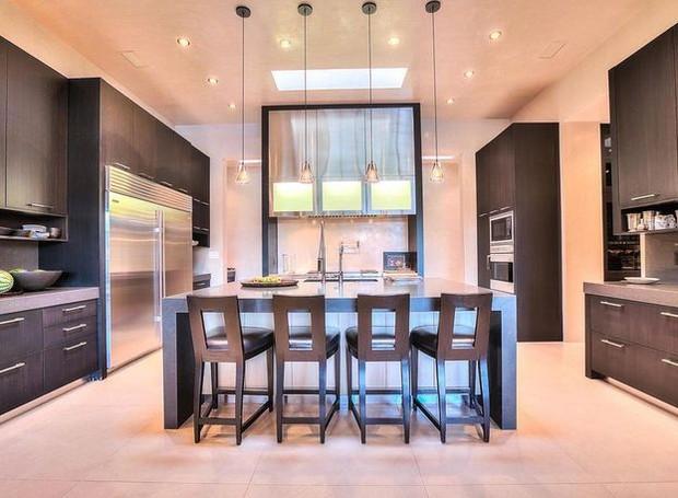Os armários escuros da cozinha contrastam com as paredes claras (Foto: Realtor/ Reprodução)