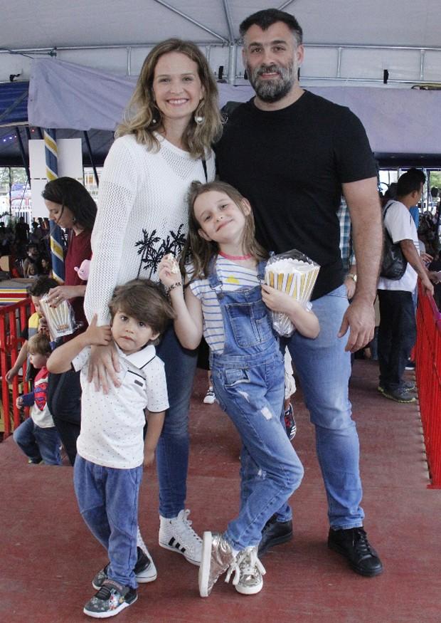 Fernanda Rodrigues, Raoni Carneiro, e os filhos, Luísa e Bento (Foto: Wallace Barbosa/Agnews)