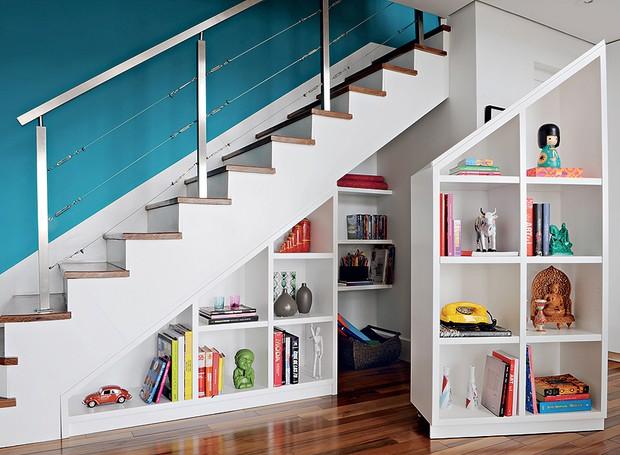 O espaço debaixo da escada é ideal para guardar livros, brinquedos e objetos de decoração (Foto: Edu Castello e Marcelo Magnani)