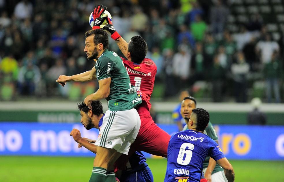 Fábio, do Cruzeiro, e Edu Dracena, do Palmeiras, disputam bola pelo alto na partida pela semifinal da Copa do Brasil — Foto: Marcos Ribolli