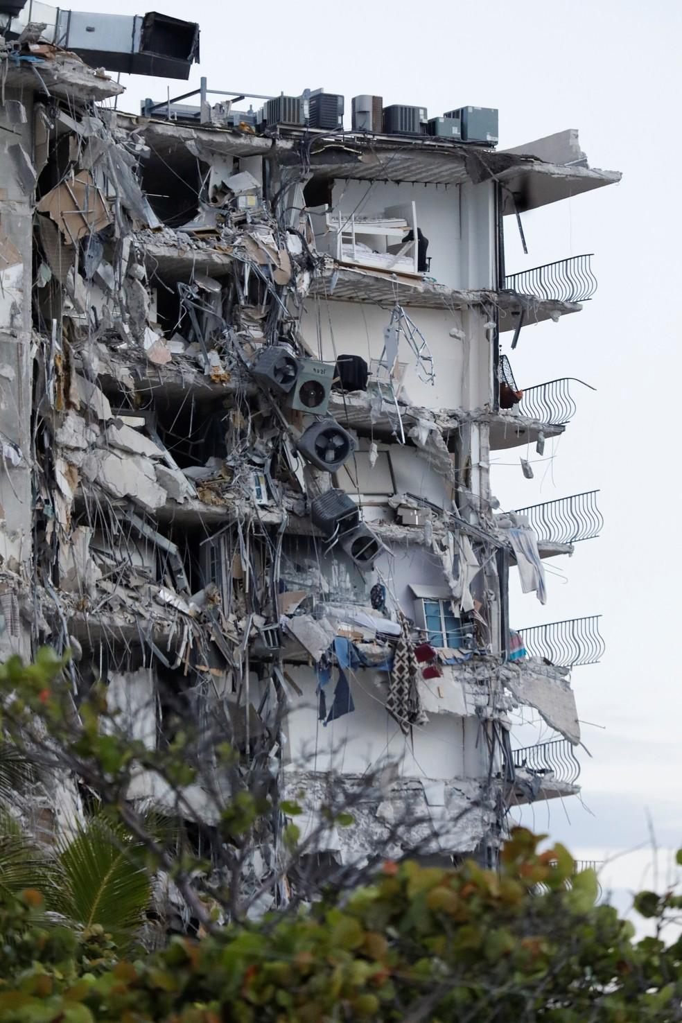 Prédio desaba parcialmente em Miami Beach, na Flórida, em 24 de junho de 2021 nos Estados Unidos — Foto: Marco Bello/Reuters