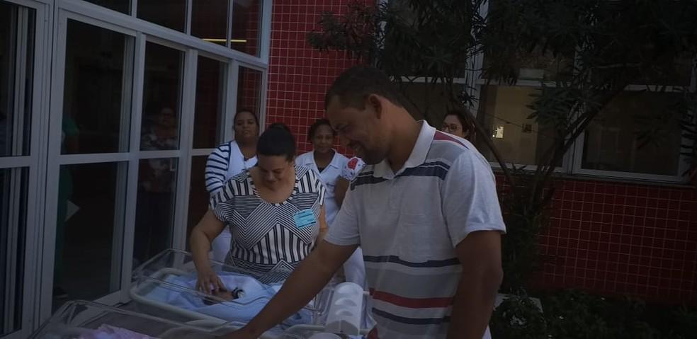 Pais de trigêmeos acompanham alta dos filhos no Espírito Santo — Foto: Chico Calente/ TV Gazeta