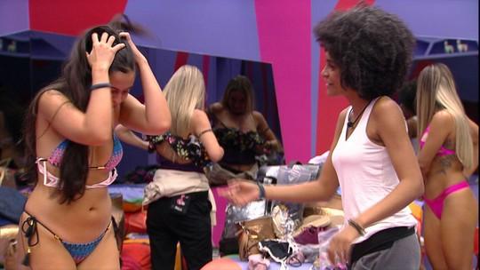 Gabriela entrega anel para Hana, que brinca: 'Me pediu em casamento'