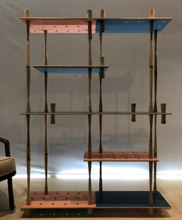 A estante Latorna, de Marcela Coppari e Agustín Barrionuevo, do estúdio argentino EnBruto, ficou em segundo lugar.  (Foto: Stéphanie Durante/Editora Globo)