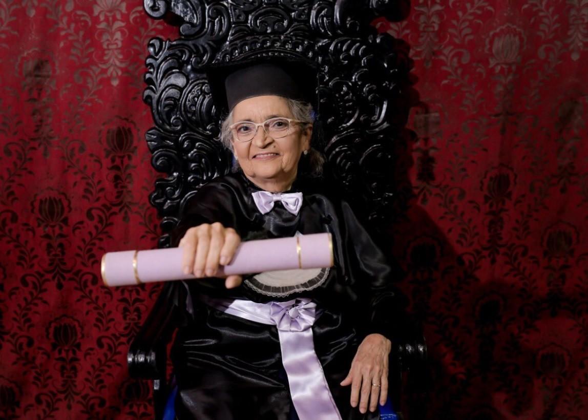 Dona Conceição exibe o diploma (Foto: Arquivo Pessoal)