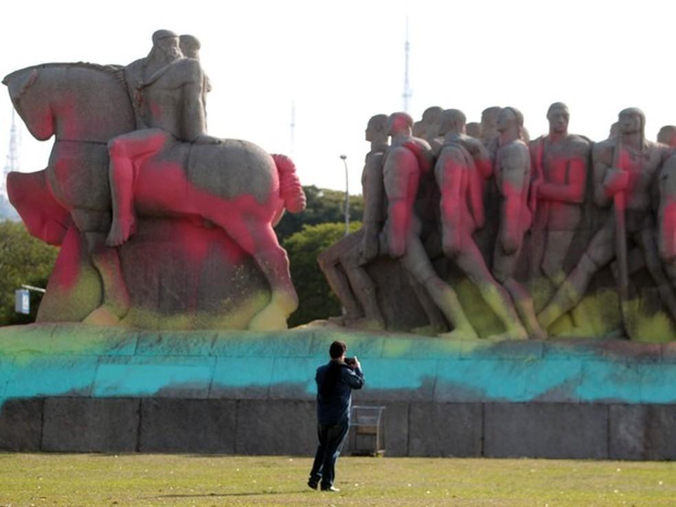 Foto de arquivo, tirada em 2016, mostra Monumento às Bandeiras pintado com tinta colorida  — Foto: Felipe Rau/Estadão Conteúdo