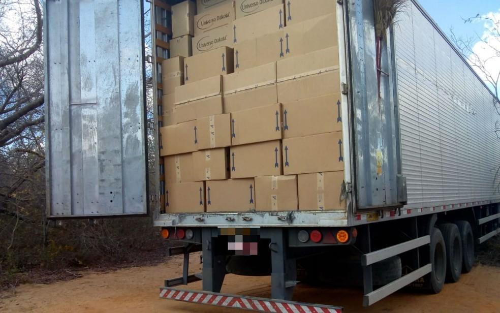 1f242778e3 Quatro homens são presos com carga de sapatos roubados em Goiás ...