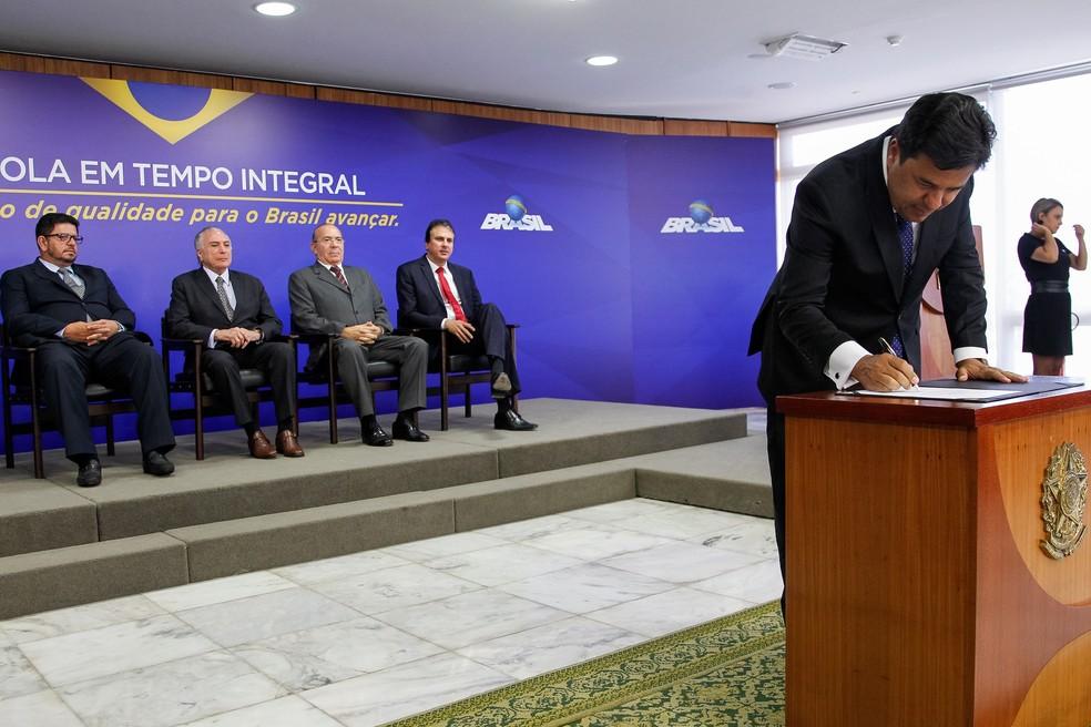 Ministro da Educação, Mendonça Filho, assina liberação de recursos para o ensino médio integral (Foto: Beto Barata/PR)