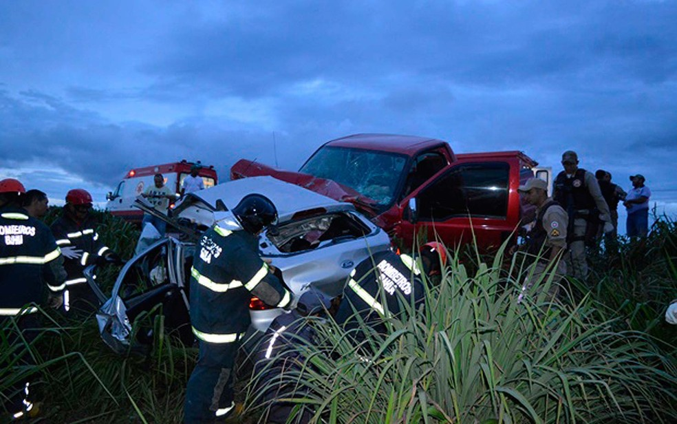 Carro em que os adolescentes estavam ficou destruído e caminhonete também teve danos (Foto: Edivaldo Braga/Blog Braga)