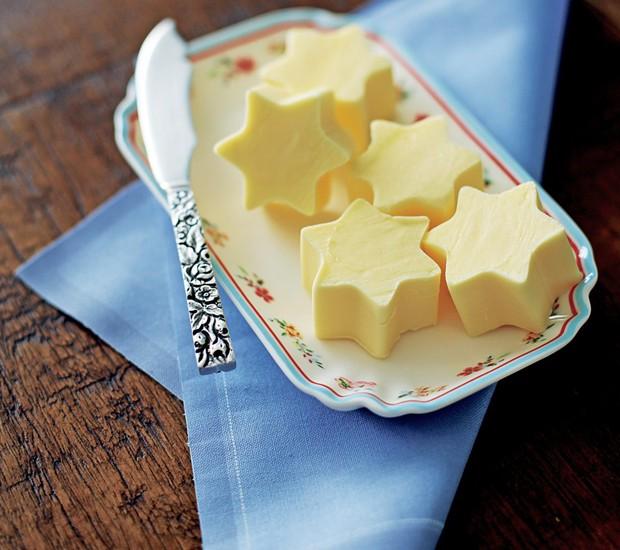 Para uma surpresa boa logo de manhã, faça estrelinhas de manteiga usando cortadores de biscoito (Foto: Rogério Voltan / Editora Globo)