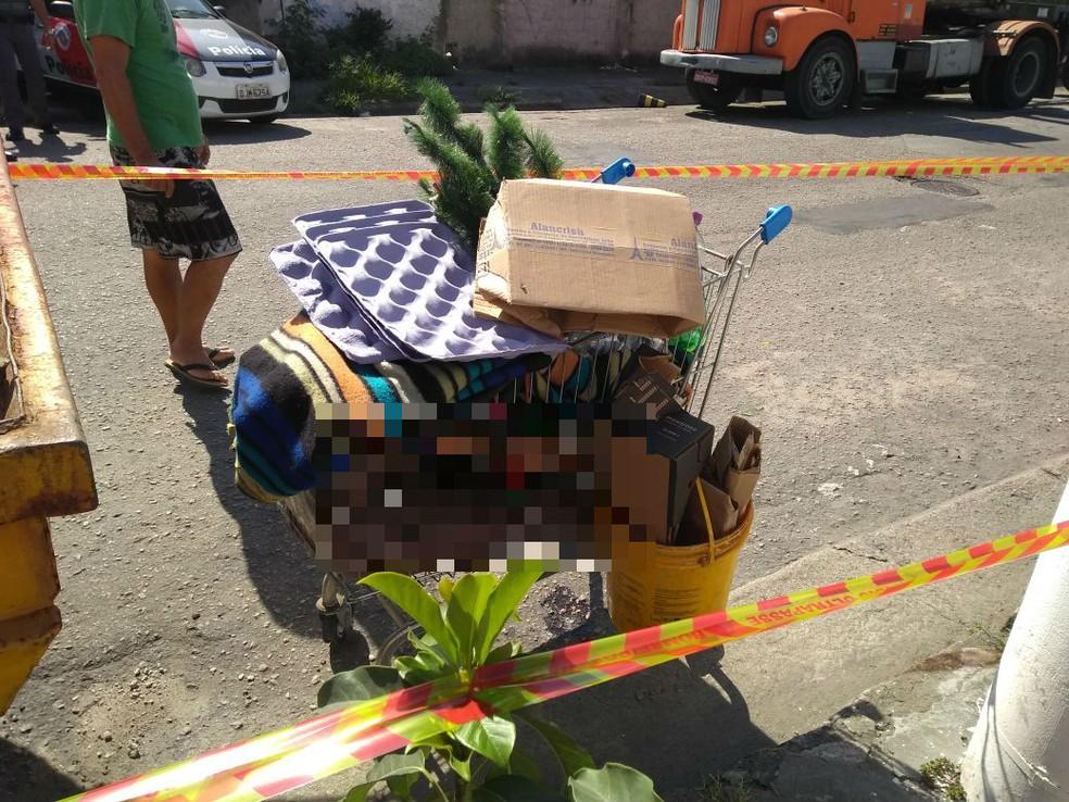 Carrinho com corpo foi localizado por moradores de rua de Santos, SP (Foto: Reprodução/Praia Grande Mil Grau)