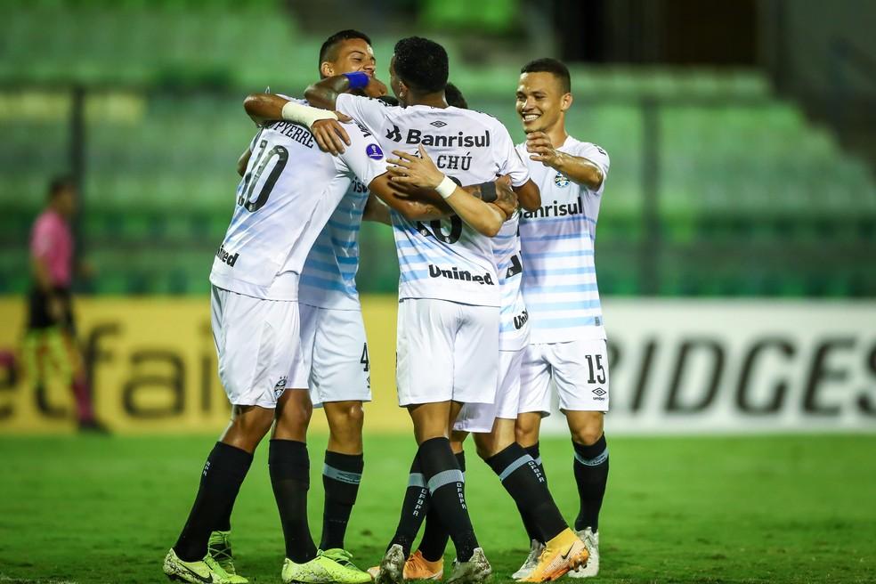 Jovens do Grêmio comemoram mais uma goleada na Sul-Americana — Foto: Lucas Uebel/Grêmio