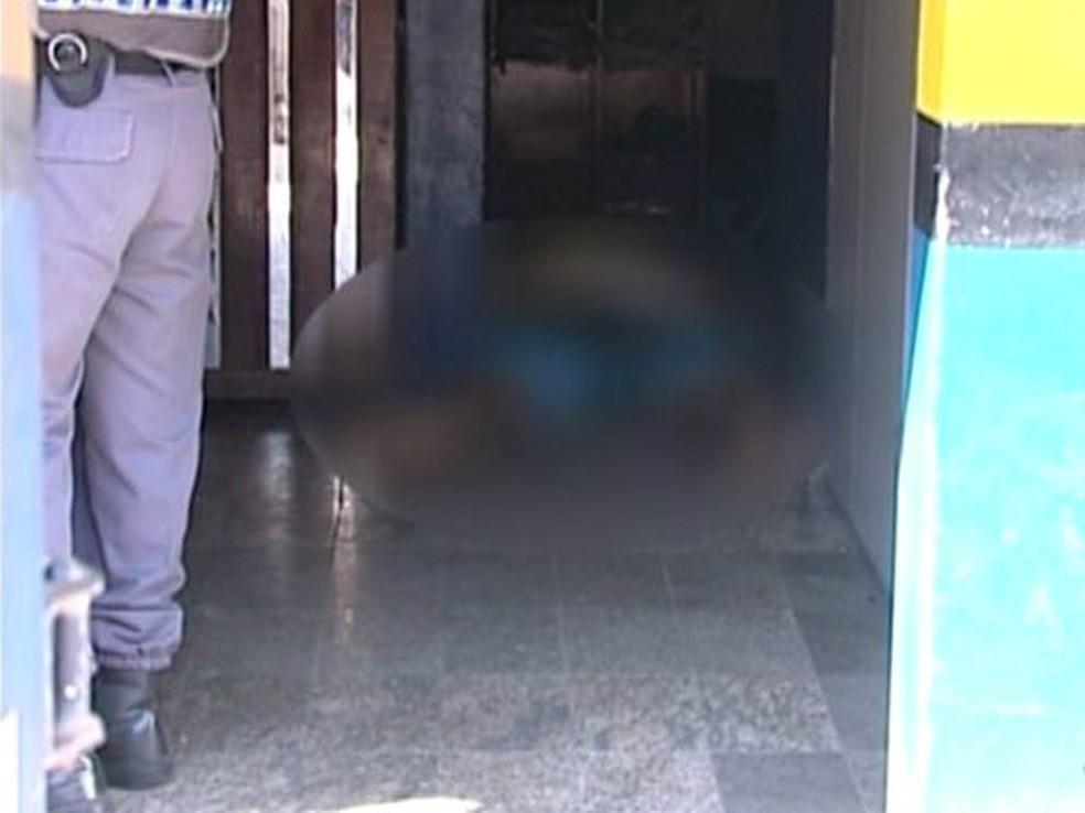 Jovem foi morto a tiros dentro de oficina em Cachoeiro de Itapemirim (Foto: Reprodução/ TV Gazeta)