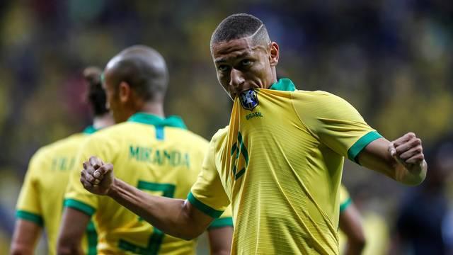 Richarlison comemora o primeiro gol do Brasil contra o Catar