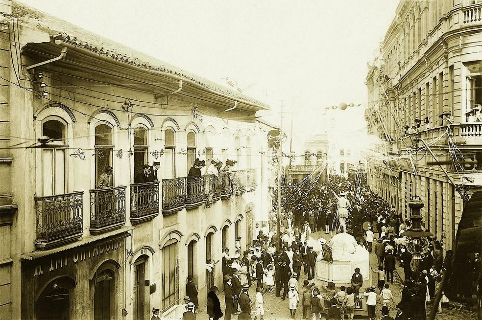 Desfile de Carnaval na Rua Direita, região central de SP, por volta de 1905 — Foto: ESTADÃO CONTEÚDO