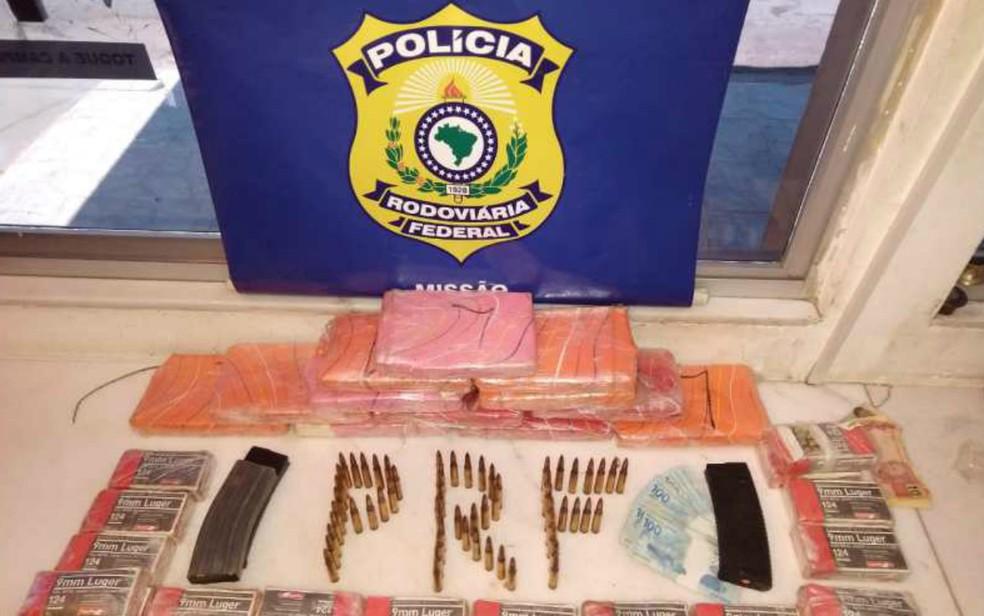 Homem foi preso com 891 munições e 13 kg de cocaína dentro de carro — Foto: Divulgação/PRF