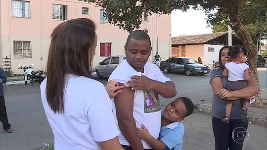 Agentes de saúde de Betim, na Grande BH, fazem buscas por pessoas que não se vacinaram contra o sarampo