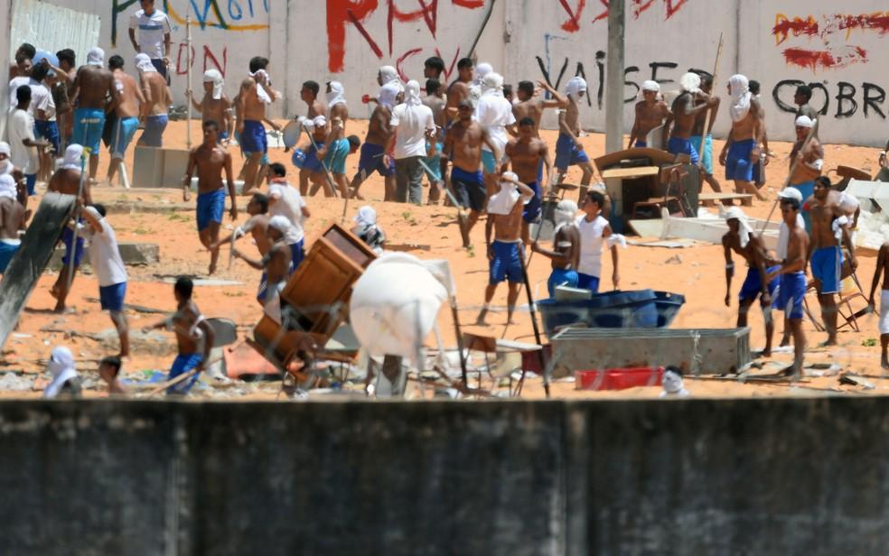 Presos de facções rivais entraram em confronto na Penitenciária de Alcaçuz em janeiro; 26 foram mortos (Foto: Andressa Anholete/AFP)