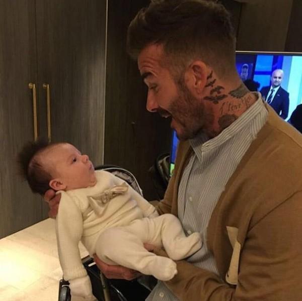 A filha da irmã de David Beckham no colo do ex-jogador de futebol (Foto: Instagram)