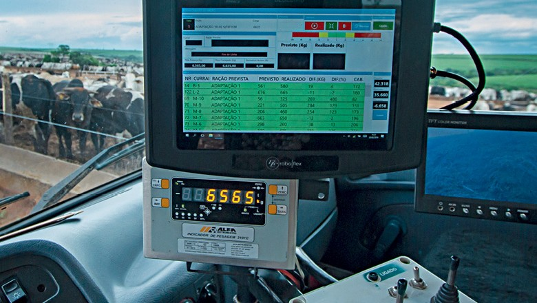 Pecuária da tela do celular - Equipamento de controle da ração ministrada ao gado (Foto: Rogerio Albuquerque)