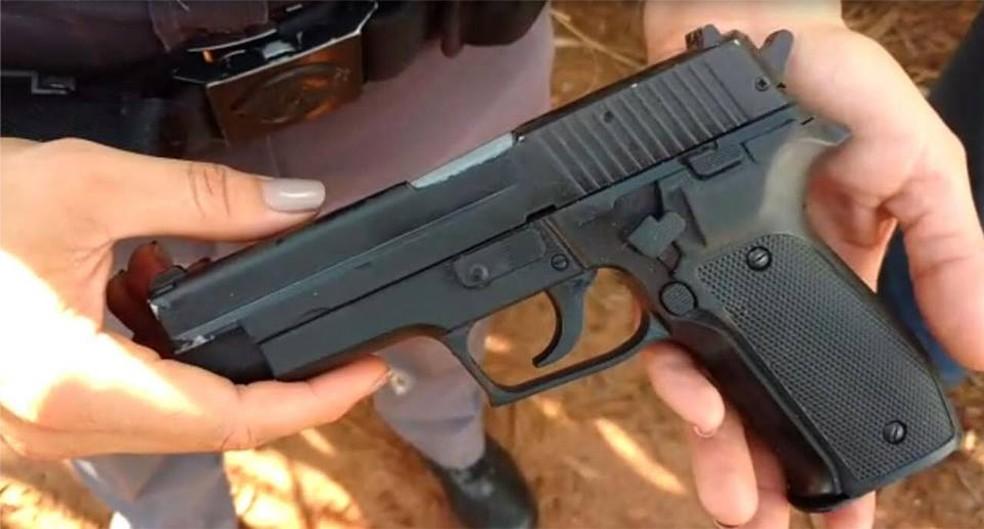Arma falsa apreendida por assaltantes do supermercado de Itapuí — Foto: Polícia Militar/Divulgação