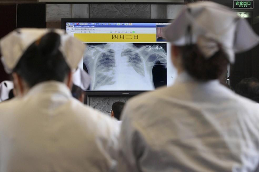Médicos e enfermeiras participam de treinamento para cuidar de casos de H7N9,a gripe aviária, na cidade de de Hangzhou, na China. — Foto: Science Reuters/Chance Chan