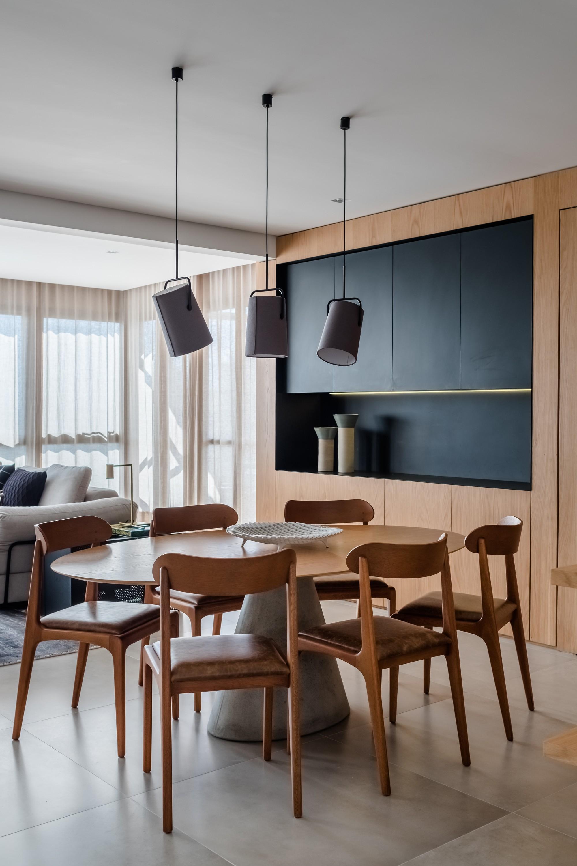 Décor do dia: sala de jantar com mesa oval e painel de madeira