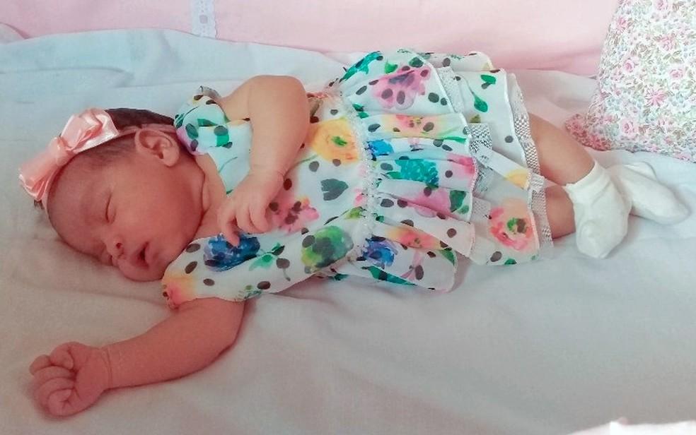 Bebê se engasgou com leite e foi salva por cobradora de ônibus no Cabo — Foto: Reprodução/WhatsApp
