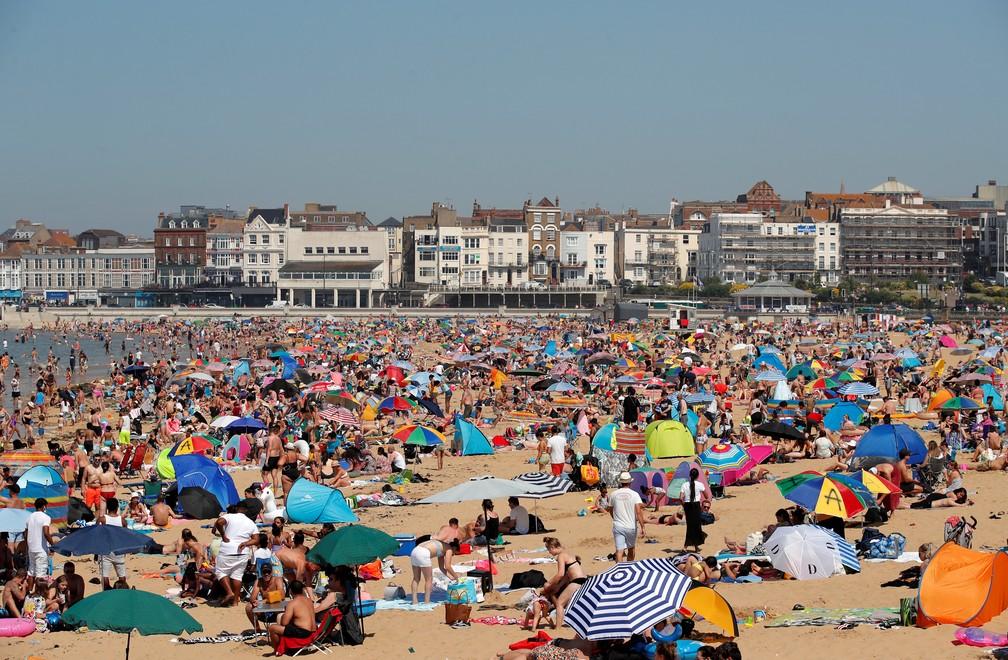 Praia de Margate, na Inglaterra, cheia nesta quarta-feira (24) dia de calor no Reino Unido — Foto: Andrew Couldridge/Reuters