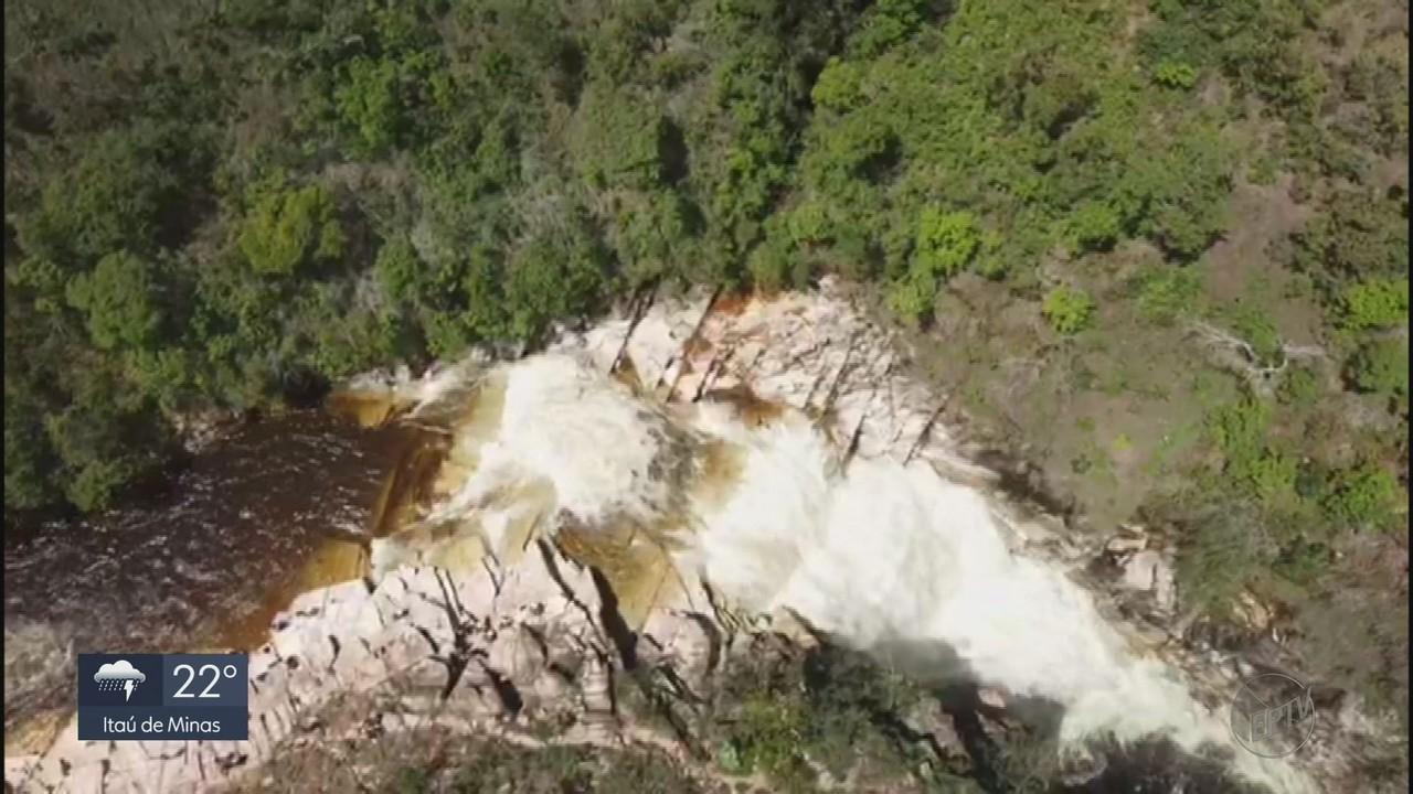 Imagens de drone mostram momento em que cabeça d´água atinge complexo de cachoeiras em MG
