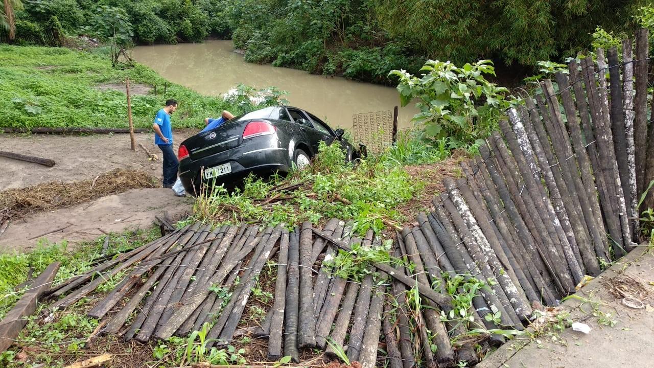 Motorista perde o controle e veículo cai em terreno em São Luís